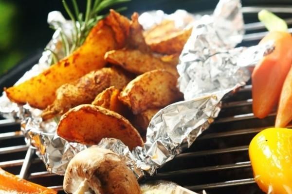 Μεγάλη προσοχή: Τι κινδύνους κρύβει για την υγεία μας η χρήση του αλουμινόχαρτου στα φαγητά!