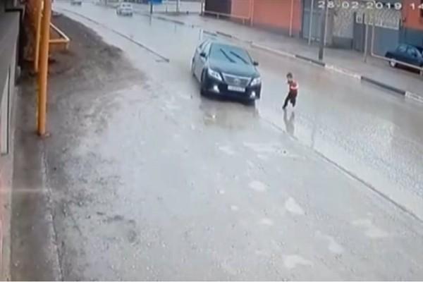 Βίντεο σοκ: ΙΧ αποφεύγει τελευταία στιγμή παιδάκι στη μέση του δρόμου!