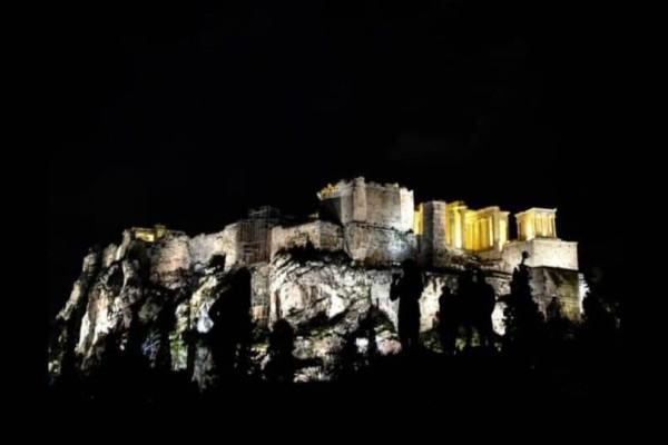 «Ώρα της Γης» : Η στιγμή που η Αθήνα βυθίστηκε στο σκοτάδι! (Βίντεο)