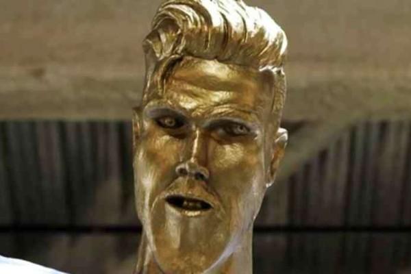 Άφωνος ο Μπέκαμ όταν αντίκρισε το αποκρουστικό άγαλμα του!