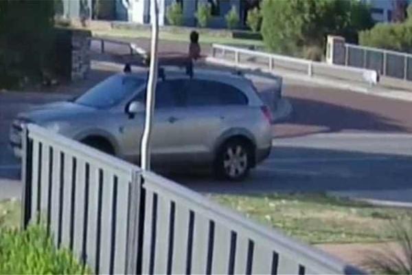 Οδηγούσε με τον 4χρονο γιο της στην οροφή του αυτοκινήτου για 15 λεπτά