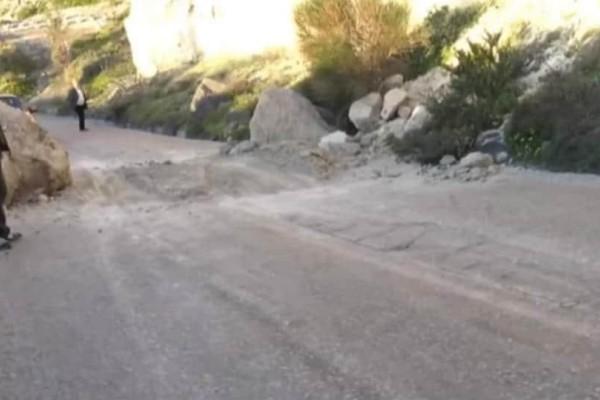 Σαντορίνη: Κατολίσθηση βράχων στο δρόμο του Αθηνιού!