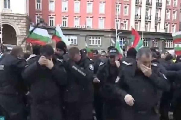 Βουλγαρία: Απίστευτο- Αστυνομικοί αντί για για διαδηλωτές ψέκασαν συναδέλφους τους!