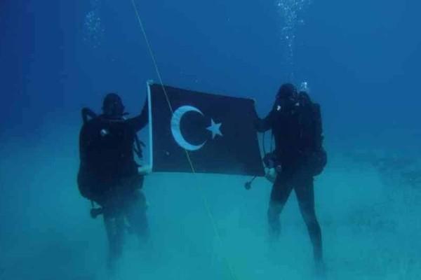 Toύρκοι δύτες του πολεμικού ναυτικού φωτογραφήθηκαν στον βυθό της Σούδας με την τουρκική σημαία!