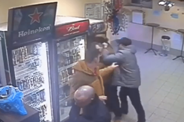 Απίστευτο: Υπάλληλος βγάζει νοκ άουτ μεθυσμένο πελάτη! (video)