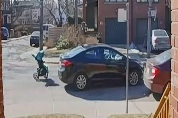 Αδιανόητο: Mητέρα εγκατελείπει καροτσάκι στη μέση μιας διασταύρωσης και πηδάει πάνω σε αυτοκίνητο!