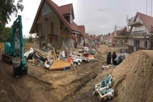 Βρετανός οικοδόμος διέλυσε με εκσκαφέα πέντε σπίτια