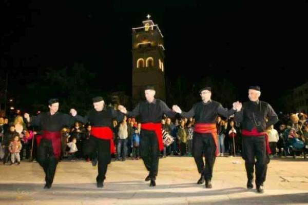 Kοζάνη: Το έθιμο των Φανών με το άφθονο κρασί, τους χορούς και τα παραδοσιακά φαγητά!