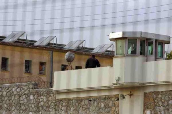 Τρίκαλα: Ανήλικος έκρυβε ναρκωτικά μέσα στη φυλακή για να τα δώσει στον πατέρα του!