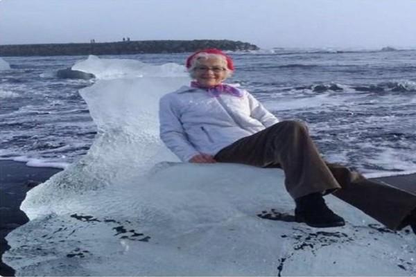 Γιαγιά πόζαρε πάνω σε παγόβουνο και... την πήρε ο ωκεανός!