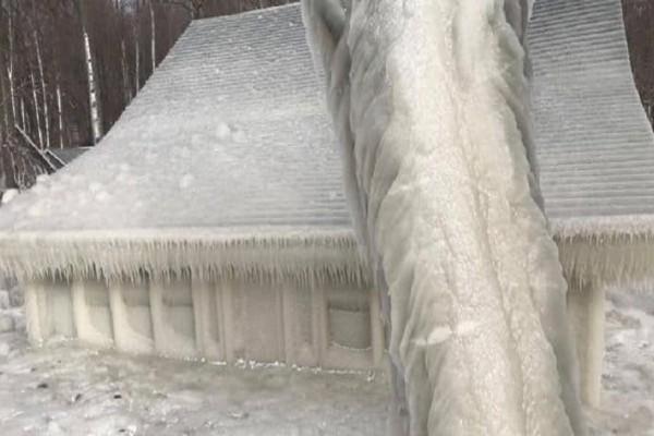 Απίστευτο! Ολόκληρο σπίτι έχει μετατραπεί σε παγοκολώνα μετά το «τσουνάμι πάγου»
