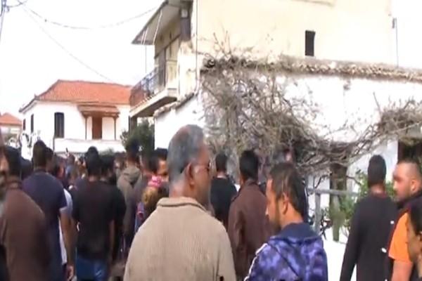 Έγκλημα στην Κόρινθο: Οργισμένο πλήθος στην κηδεία του 52χρονου! (Video)