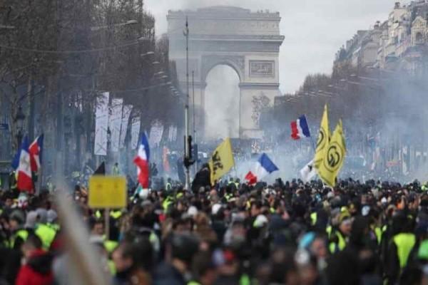 Παρίσι: Συγκρούσεις ανάμεσα στην αστυνομία και τα Κίτρινα Γιλέκα!