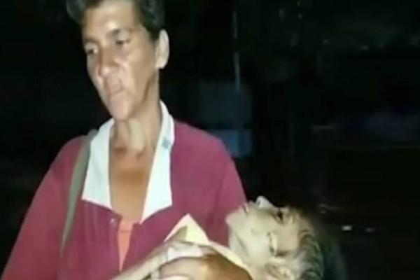 Εικόνες θλίψης: Μητέρα κουβαλά τη σορό της υποσιτισμένης 19χρονης κόρης της!