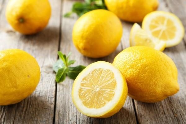 9 περίεργα πράγματα που σίγουρα δεν ήξερες ότι μπορείς να κάνεις με ένα λεμόνι! (Video)