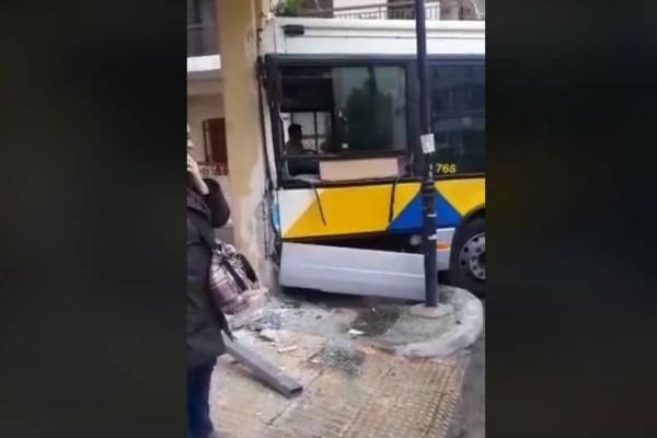 Έσκασε τώρα: Σύγκρουση λεωφορείων στο Αιγάλεω!