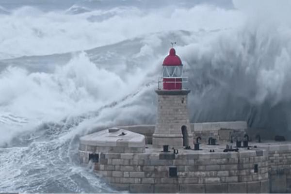 Βίντεο: Γιγάντιο κύμα «κατάπιε» φάρο στη Μάλτα