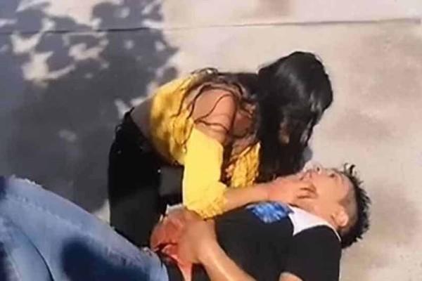 «Μην πεθάνεις αγάπη μου»: 22χρονη αγκαλιάζει τον αιμόφυρτο φίλο της που μόλις μαχαίρωσε!