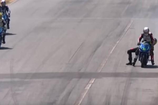 Χαμός σε αγώνα μοτοσικλετών! - Έπαιξαν μπουνιές πάνω στις μηχανές! (Video)