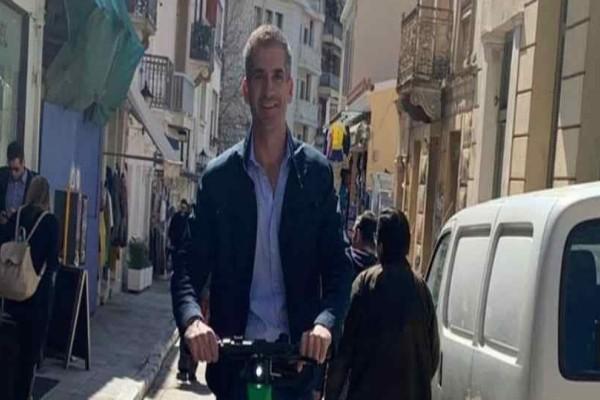 Κώστας Μπακογίαννης : Γιόρτασε τα γενέθλια του κάνοντας βόλτα με πατίνι!
