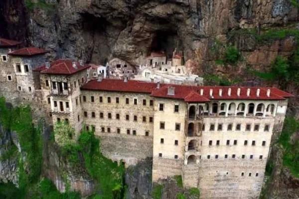 Τούρκοι διαφημίζουν την επαναλειτουργία της Παναγίας Σουμελά!