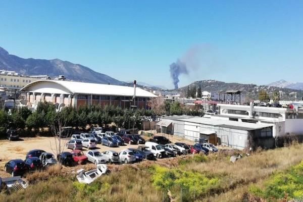 Ισχυρή πυρκαγιά σε αποθήκη στην Παιανία! Απειλεί εγκαταστάσεις της ΔΕΗ!