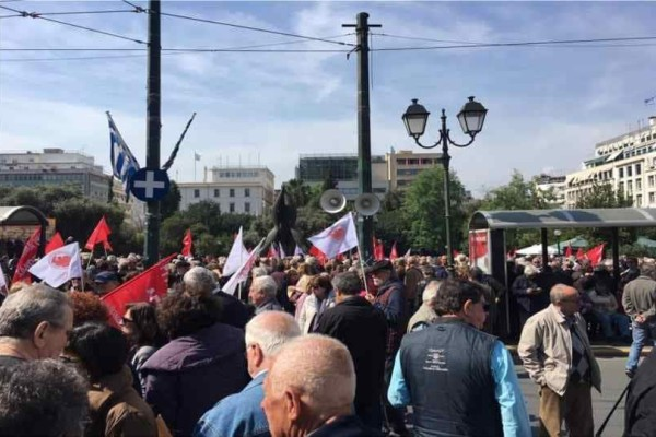 Πορεία συνταξιούχων στο Μέγαρο Μαξιμου: «Αγωνιζόμαστε για την αποκατάσταση του χαμένου μας εισοδήματος»