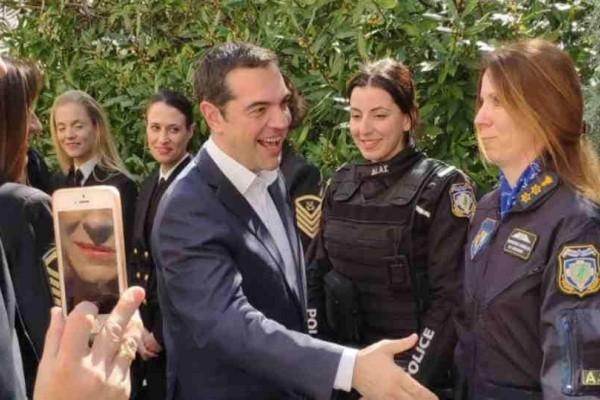 Αλέξης Τσίπρας: Kάλεσε όλες τις γυναίκες των Υπουργείων, της Βουλής και των σωμάτων ασφαλείας στο Μέγαρο για τη γιορτή της γυναίκας!