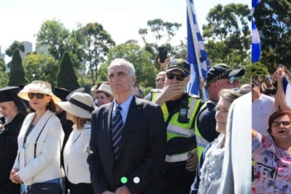 Χαμός με τον Βαρεμένο στη Μελβούρνη: Αποδοκιμασίες και... μπουκάλια στην παρέλαση! (video)