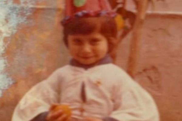 Την αναγνωρίζετε; Το κορίτσι της φωτογραφίας είναι πασίγνωστη Ελληνίδα παρουσιάστρια!