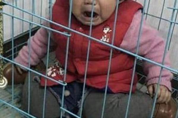 Τραγικό: Πατέρας έβαζε σε κλουβί το παιδί του για να εκδικηθεί την πρώην του!
