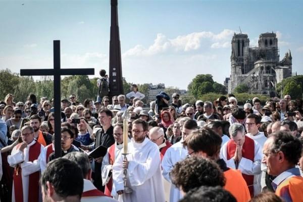 Μήνυμα ελπίδας από το Παρίσι: Χιλιάδες Παριζιάνοι στη λιτανεία του σταυρού(Βίντεο)