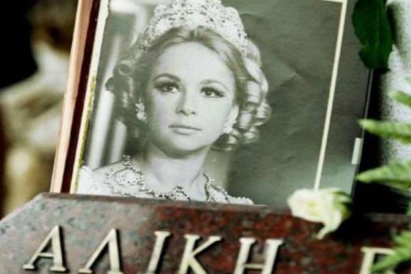 Αλίκη Βουγιουκλάκη: Σοκάρουν οι φωτογραφίες της άβαφης ηθοποιού από το νεκροκρέβατο! Δεν τις έχετε δει ποτέ!