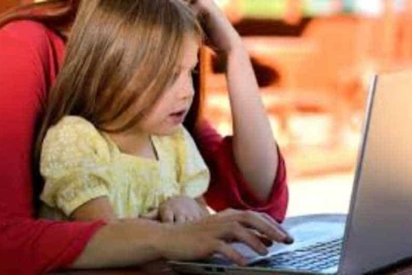 Προσοχή! Πόσες ώρες είναι επιτρεπτές να κάθονται τα παιδιά μπροστά στις οθόνες;