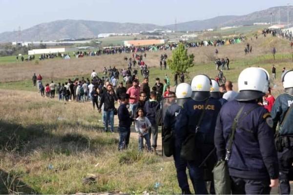 Χαμός στα Διαβατά: Επεισόδια μεταξύ προσφύγων και ΜΑΤ!