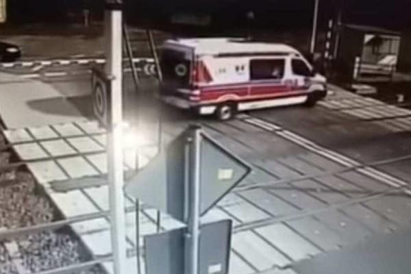 Ανατριχιαστικό: Η στιγμή που το τρένο παρασύρει το ασθενοφόρο!
