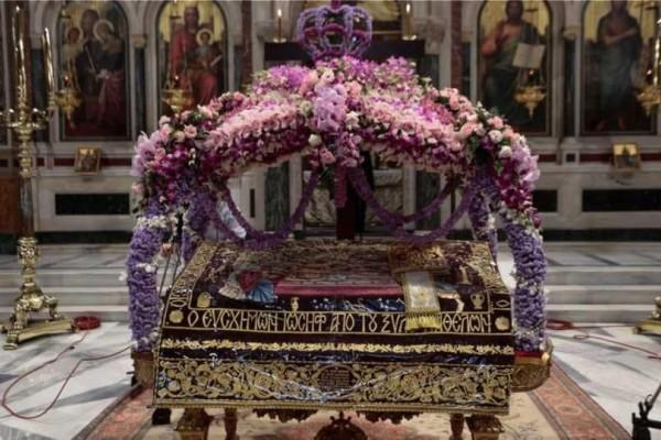 Επιτάφιος: Oι πιστοί μετέχουν στο πένθος για τον ενταφιασμό του Ιησού