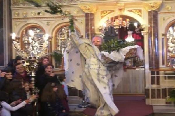 Xίος: Έκλεψε πάλι την παράσταση o «ιπτάμενος» ιερέας!