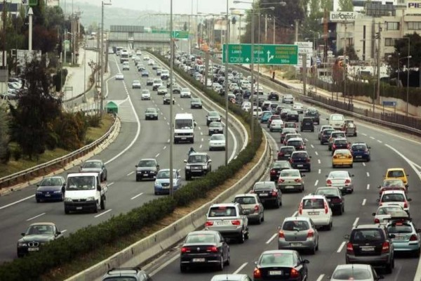 Κίνηση στου δρόμους: Κοσμοσυρροή σε εθνικές οδούς και λιμάνια
