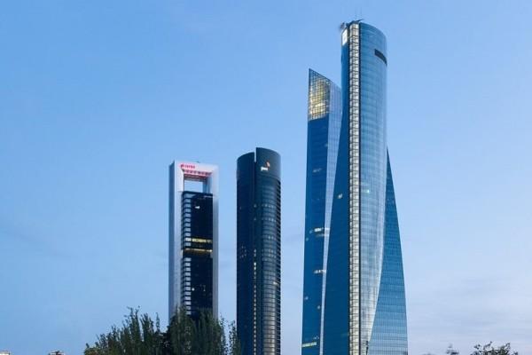 Συναγερμός στη Μαδρίτη: Εκκενώνεται ουρανοξύστης μετά από τηλεφώνημα για βόμβα!