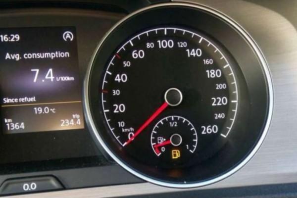 """Τι γίνεται όταν ο δείκτης βενζίνης δείξει """"0 km""""; Πόσα χιλιόμετρα μπορείς να συνεχίσεις;"""