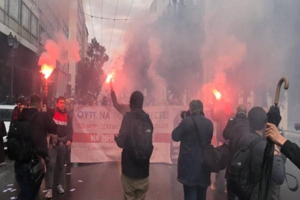 Διαδηλώνουν στο κέντρο της Αθήνας μαθητές και καθηγητές!