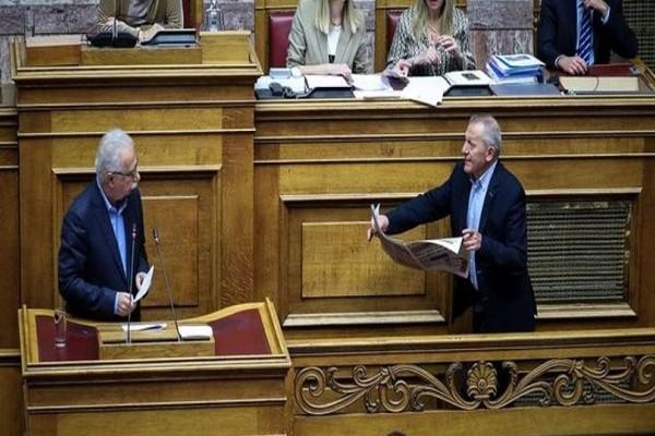 Χαμός στη Βουλή: Ο Θανάσης Παφίλης έβαλε τον Γαβρόγλου να διαβάσει «Ριζοσπάστη»! (Video)