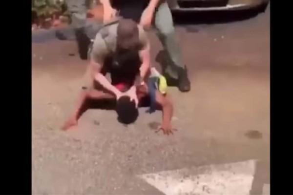 Φρίκη στη Φλόριντα: Aστυνομικοί χτυπούσαν το κεφάλι 15χρονου στο οδόστρωμα! (Video)
