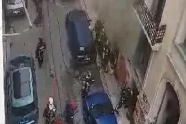 Συναγερμός στο κέντρο της Αθήνας! - Φωτιά σε κτίριο στα Εξάρχεια! (video)