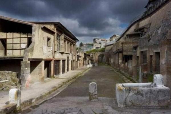 Πομπηία: Η τουρίστρια που ήθελε να πάρει μαζί της ένα ψηφιδωτό!