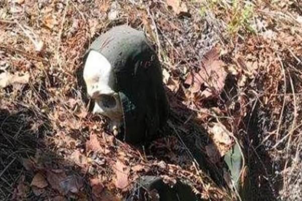Τραγικό: Bρέθηκε σκελετός δεμένος σε δέντρο με χειροπέδες μπροστά σε κάμερα!