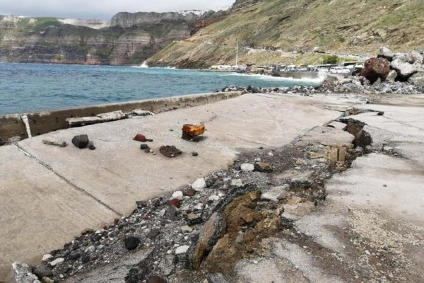 Σαντορίνη: Όταν τα κύματα κατέστρεψαν το λιμάνι! (Photos)