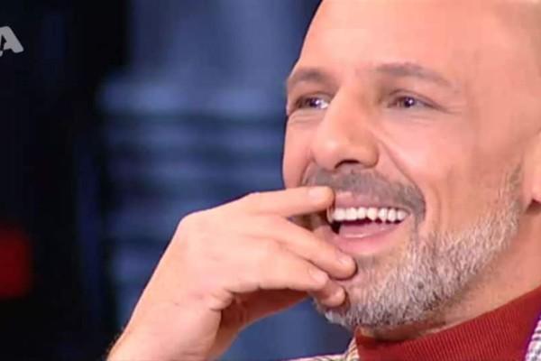 Νίκος Μουτσινάς: Mεγάλη... πτώση για τον παρουσιαστή!