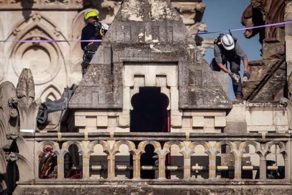 Απίστευτο! Λίγο πριν ξεσπάσει η πυρκαγιά στην Παναγία των Παρισίων...εργάτες κάπνιζαν στην στέγη!
